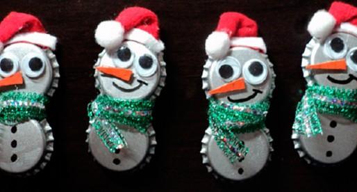 Adornos navideños hechos con materiales reciclados