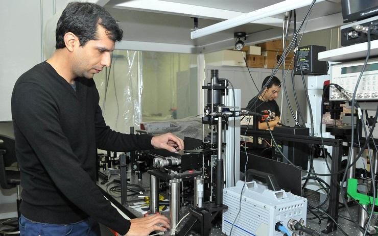 El funcionamiento del pequeño motor se basa en un principio al que comúnmente se recurre para atrapar objetos microscópicos con luz: las pinzas ópticas.
