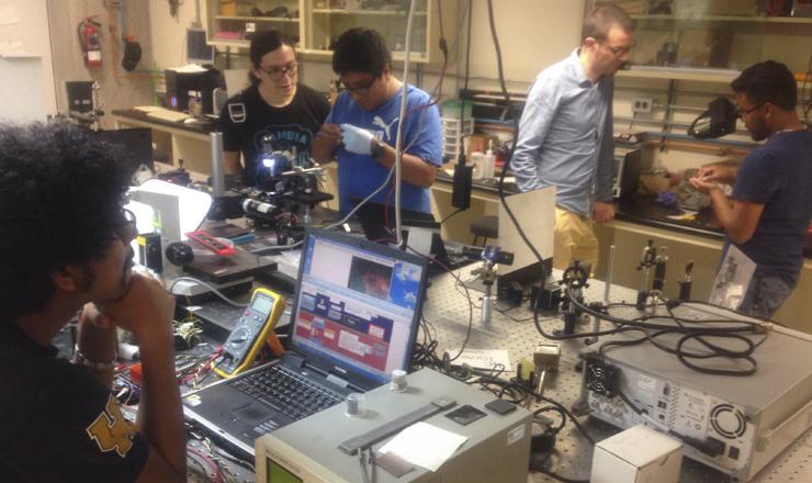 Dr. Mathieu Hautefeuille trabajando con su equipo en el Taller de Óptica Láser de la Facultad de Ciencias de la UNAM ( Foto: Nancy Estrada)
