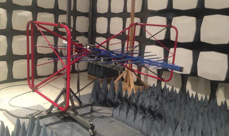 La Cámara Seminecoica Electromagnética, se encuentra aislada con paredes cubiertas con materiales absorbentes de radiación,  tanto en forma de planchas como en conos diseñados para minimizar la reflexión de las señales de radio frecuencia. (Foto: Nancy Estrada)