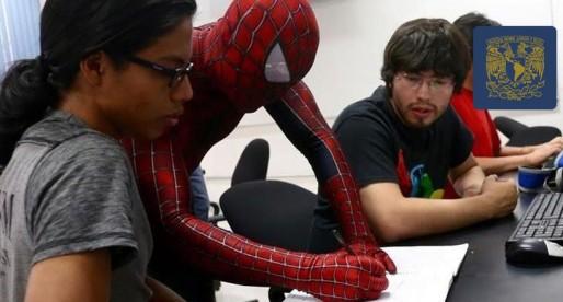 El maestro con el traje de superhéroe