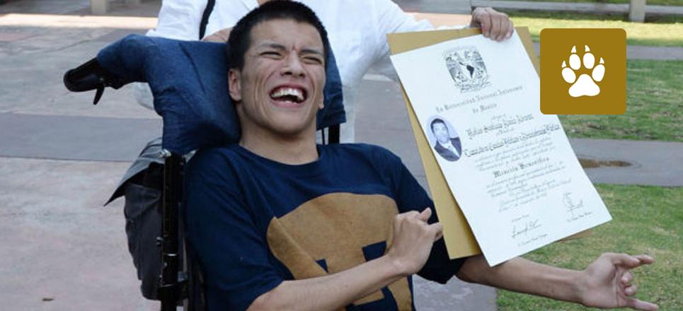 Joven con parálisis se gradúa en la UNAM con mención honorífica