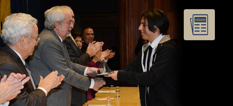 Alumnos de la UNAM reciben preseas y distinciones por su desempeño